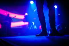 Καλλιτέχνης την ώρα της παράστασης στο στάδιο που φορά τις μπότες της Στοκ εικόνες με δικαίωμα ελεύθερης χρήσης