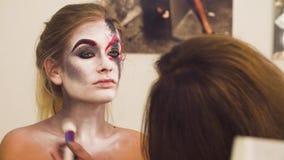Καλλιτέχνης Makeup που επισύρει την προσοχή στον πρότυπο λαιμό ` s απόθεμα βίντεο