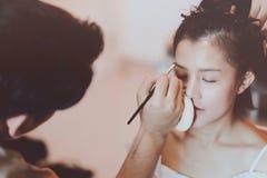 Καλλιτέχνης Makeup που εργάζεται στο όμορφο ασιατικό πρότυπο στοκ φωτογραφίες με δικαίωμα ελεύθερης χρήσης