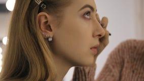 Καλλιτέχνης Makeup στην εργασία Ο καλλιτέχνης makeup εφαρμόζει τη σκιά ματιών στο πρότυπο απόθεμα βίντεο