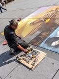 Καλλιτέχνης Stree που χρωματίζει την εργασία του για την επιφάνεια πεζοδρομίων στοκ εικόνες με δικαίωμα ελεύθερης χρήσης