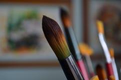 Καλλιτεχνικές βούρτσες των διαφορετικών μορφών και των αριθμών στο υπόβαθρο των έργων ζωγραφικής στοκ εικόνα με δικαίωμα ελεύθερης χρήσης