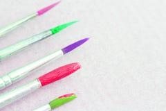 Καλλιτεχνικές ζωηρόχρωμες βούρτσες χρωμάτων Στοκ εικόνα με δικαίωμα ελεύθερης χρήσης