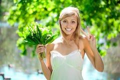 καλλιτεχνικές νεολαίες γυναικών λουλουδιών υπαίθρια Στοκ Εικόνες