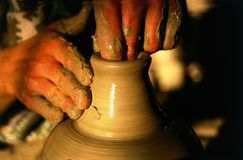 καλλιτεχνική αγγειοπλαστική χεριών Στοκ εικόνες με δικαίωμα ελεύθερης χρήσης
