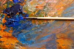 Καλλιτεχνική βούρτσα, εικόνα υποβάθρου της φωτεινής κινηματογράφησης σε πρώτο πλάνο παλετών λάδι-χρωμάτων Στοκ φωτογραφία με δικαίωμα ελεύθερης χρήσης