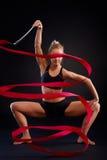 Καλλιτεχνική φωτογραφία gymnast του κοριτσιού με την κορδέλλα Στοκ Εικόνα