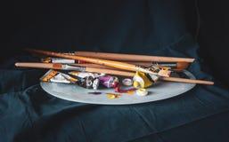 Καλλιτεχνικός εξοπλισμός: Βούρτσες χρωμάτων, σωλήνες του χρώματος και μιας παλέτας στοκ φωτογραφίες