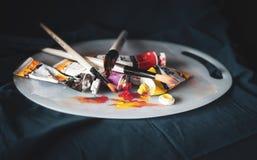 Καλλιτεχνικός εξοπλισμός: Βούρτσες χρωμάτων, σωλήνες του χρώματος και στοκ φωτογραφίες
