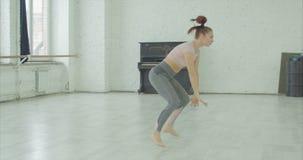 Καλλιτεχνικός συναισθηματικός χορευτής στην περιστροφή του χορού απόθεμα βίντεο