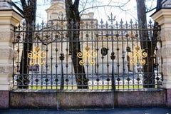 Καλλιτεχνικός σφυρηλατημένος φράκτης με τα βασιλικά μονογράμματα Στοκ Εικόνες