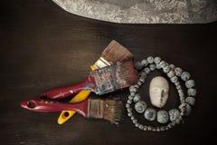 Καλλιτεχνικό αντικείμενο διακοσμήσεων στον ξύλινο πίνακα, τοπ άποψη στοκ εικόνες