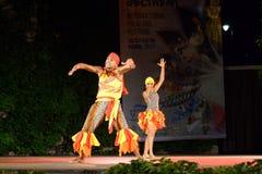 Καλλιτεχνικό κολομβιανό ζεύγος χορού που αποδίδει στη σκηνή νύχτας στοκ εικόνα με δικαίωμα ελεύθερης χρήσης