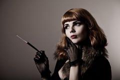 Καλλιτεχνικό πλάνο της ελκυστικής αναδρομικός-γυναίκας στοκ εικόνα