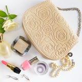 Καλλυντικά, αρώματα, κόσμημα φιαγμένα από μαργαριτάρια και τσάντα Στοκ εικόνες με δικαίωμα ελεύθερης χρήσης