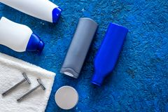 Καλλυντικά ατόμων ` s για την προσοχή και το ξύρισμα τρίχας Σαμπουάν, πήκτωμα, ξυράφι, κερί στην μπλε τοπ άποψη υποβάθρου copyspa Στοκ εικόνες με δικαίωμα ελεύθερης χρήσης