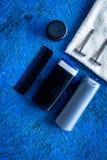 Καλλυντικά ατόμων ` s για την προσοχή και το ξύρισμα τρίχας Σαμπουάν, πήκτωμα, ξυράφι, κερί στην μπλε τοπ άποψη υποβάθρου copyspa Στοκ εικόνα με δικαίωμα ελεύθερης χρήσης