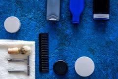 Καλλυντικά ατόμων ` s για την προσοχή και το ξύρισμα τρίχας Σαμπουάν, πήκτωμα, ξυράφι, κερί στην μπλε τοπ άποψη υποβάθρου copyspa Στοκ Φωτογραφίες