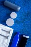 Καλλυντικά ατόμων ` s για την προσοχή και το ξύρισμα τρίχας Σαμπουάν, πήκτωμα, ξυράφι, κερί στην μπλε τοπ άποψη υποβάθρου copyspa Στοκ φωτογραφία με δικαίωμα ελεύθερης χρήσης