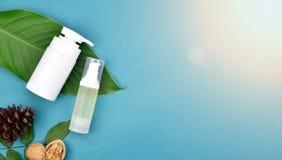 Καλλυντικά εμπορευματοκιβώτια μπουκαλιών στο πράσινο βοτανικό υπόβαθρο φύλλων, κενή ετικέτα για το μαρκάρισμα του προτύπου, φυσικ Στοκ Φωτογραφία