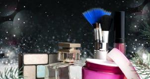 Καλλυντικά εξαρτήματα ομορφιάς γυναικών ` s, άρωμα, κρέμα, βούρτσες Στοκ φωτογραφία με δικαίωμα ελεύθερης χρήσης