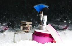 Καλλυντικά εξαρτήματα ομορφιάς γυναικών ` s, άρωμα, κρέμα, βούρτσες Στοκ εικόνες με δικαίωμα ελεύθερης χρήσης