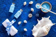 Καλλυντικά και κοχύλι θάλασσας από τη νεκρή θάλασσα για τη σπιτική τοπ άποψη υποβάθρου SPA μπλε Στοκ εικόνες με δικαίωμα ελεύθερης χρήσης