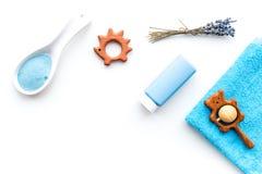 Καλλυντικά λουτρών Hypoallergenic για τα παιδιά με lavender Μπουκάλι, άλας SPA, πετσέτα και παιχνίδι στην άσπρη τοπ άποψη υποβάθρ στοκ εικόνες