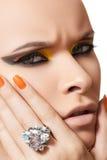 Καλλυντικά, μόδα makeup, μανικιούρ & δαχτυλίδι διαμαντιών στοκ εικόνες