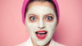Καλλυντικά ομορφιάς καλλυντική μάσκα Νεολαία και έννοια φροντίδας δέρματος κλείστε επάνω Γυναίκα με μια μάσκα αργίλου στο πρόσωπό απόθεμα βίντεο