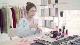 Καλλυντικά ομορφιάς ομορφιάς blogger παρόντα που κάθονται στην μπροστινή κάμερα για το βίντεο καταγραφής E φιλμ μικρού μήκους
