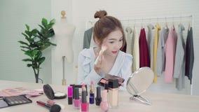 Καλλυντικά ομορφιάς ομορφιάς blogger παρόντα που κάθονται στην μπροστινή κάμερα για το βίντεο καταγραφής E απόθεμα βίντεο