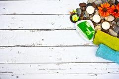 Καλλυντικά προϊόντα και εργαλεία ομορφιάς SPA στο άσπρο ξύλινο υπόβαθρο Στοκ Φωτογραφία