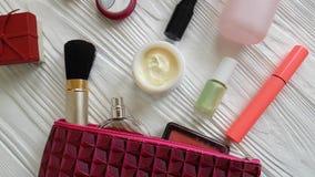 Καλλυντικά τσαντών καλλυντικά εμπορευματοκιβωτίων δερμάτων makeup διαφορετικά διακοσμητικά σε ξύλινο, αρώματα απόθεμα βίντεο