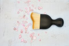 Καλλυντική βούρτσα για το makeup στο άσπρο υπόβαθρο Στοκ φωτογραφία με δικαίωμα ελεύθερης χρήσης