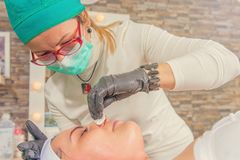 Καλλυντική διαδικασία στο σαλόνι ομορφιάς Το καλλυντικό Beautician Στοκ φωτογραφία με δικαίωμα ελεύθερης χρήσης