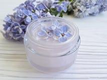 καλλυντική ιώδης αναγέννηση θεραπείας λουλουδιών κρέμας σε ένα άσπρο ξύλινο υπόβαθρο Στοκ φωτογραφία με δικαίωμα ελεύθερης χρήσης