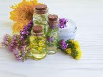 Καλλυντική κρέμα, οργανικός φυσικός εκχυλισμάτων λουλουδιών στο ξύλινο υπόβαθρο στοκ φωτογραφία