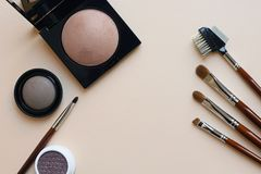 Καλλυντική σκιά ματιών σκονών βουρτσών εξαρτημάτων Makeup σε ένα κρεμώδες υπόβαθρο στοκ φωτογραφία με δικαίωμα ελεύθερης χρήσης