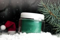 Καλλυντικό εμπορευματοκιβώτιο γυαλιού με την κρέμα στο χιόνι Στοκ Φωτογραφία