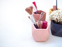 Καλλυντικό προϊόντων Makeup στο ρόδινο εμπορευματοκιβώτιο στοκ φωτογραφίες με δικαίωμα ελεύθερης χρήσης