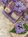 Καλλυντικό προϊόν με τα ιώδη λουλούδια, φρέσκα ως έννοια άνοιξη Στοκ φωτογραφία με δικαίωμα ελεύθερης χρήσης