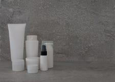 Καλλυντικό σύνολο συσκευασίας στο γκρίζο υπόβαθρο ομάδα πετρελαίου ορών κρέμας skincare του προσώπου beauty cosmetic spa προϊόν φ στοκ εικόνες με δικαίωμα ελεύθερης χρήσης