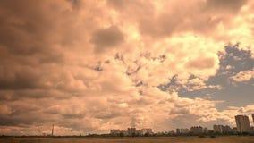 Καλοί ουρανοί που πυροβολούν, άποψη πόλεων μακριά σχετικά με το υπόβαθρο, σκουραίνοντας ουρανός και sunshines που παρουσιάζουν, ε φιλμ μικρού μήκους