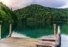 καλοκαίρι αποβαθρών λιμνών βραδιού Λίμνες Plitvice το βράδυ Στοκ Εικόνα