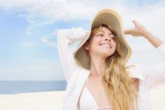 Καλοκαίρι: γυναίκα με το διάστημα καπέλων και αντιγράφων αχύρου Στοκ Φωτογραφία