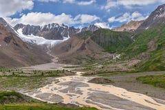 Καλοκαίρι δέντρων ποταμών βουνών παγετώνων Στοκ εικόνα με δικαίωμα ελεύθερης χρήσης