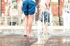 καλοκαίρι διασκέδασης Πόδια και πόδια παιδιών υγρά στην πηγή Στοκ εικόνα με δικαίωμα ελεύθερης χρήσης