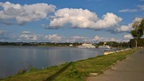 Καλοκαίρι, ηλιόλουστη ημέρα σε Uglich Άποψη του ποταμού του Βόλγα και της αποβάθρας στοκ φωτογραφίες με δικαίωμα ελεύθερης χρήσης