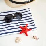 Καλοκαίρι, κάποια ουσία θάλασσας σε άσπρο και γδυμένος στοκ φωτογραφίες